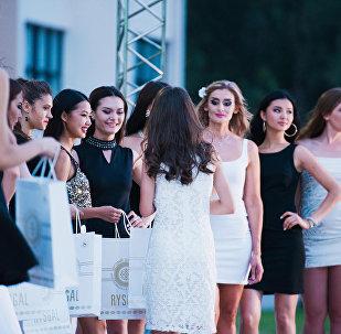 Модели в коктейльных платьях.  Награждение участниц.
