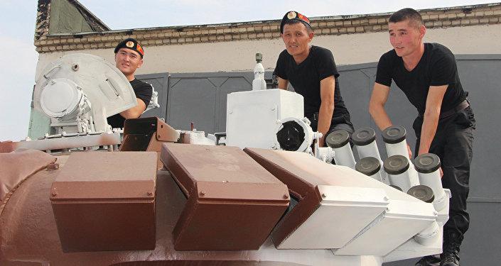 На военном полигоне в Алабино продолжается подготовка участников танкового биатлона, проходящего в формате Международных армейских игр — 2016