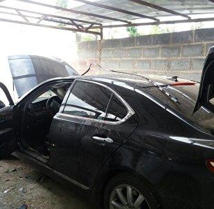 Поврежденный от взрыва автомобиль работника прокуратуры в селе Орто-Сай