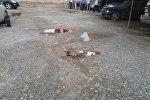 Следы крови на земле у взорвавшейся машины работника прокуратуры в селе Орто-Сай