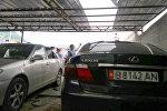 Сотрудники правоохранительных органов у взорвавшейся машины работника прокуратуры в селе Орто-Сай