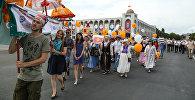 Марш по центру Бишкека участников и гостей международного фестиваля культуры Оймо