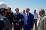 Президент КР Алмазбек Атамбаев во время ознакомления реконструкции ипподрома в селе Бактуу-Долоноту