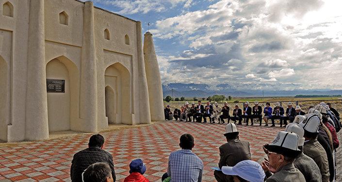Салтанаттуу иш-чара баатырдын Ак-Талаа районундагы күмбөзүнө барып, куран окуу менен башталды