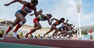 Спортсменки на старте во время соревнований по легкой атлетике. Архивное фото