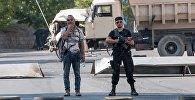 Члены группы Сасна црер на территории захваченного полка патрульно постовой службы полиции района Эребуни в Ереване.
