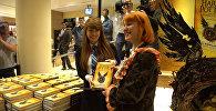 Восьмая книга Гарри Поттер и проклятое дитя поступила в продажу 31 июля, в день рождения Джоан Роулинг и главного героя романа. Смотрите на видео, как в лондонском книжном магазине Waterstones фанаты приобретали продолжение цикла и что они сказали о его выходе.
