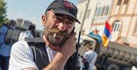 Лидер группы Сасна црер Павлик Манукян на территории захваченного полка патрульно постовой службы полиции района Эребуни в Ереване.