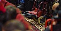 Мүмкүнчүлүгү чектелгендердин коляскасы. Архивдик сүрөт
