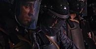 Сотрудники правоохранительных органов у захваченного здания полка полиции в Ереване. Архивное фото