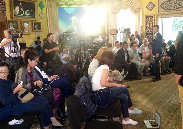 Подготовка к пресс-конференции президента Алмазбека Атамбаева на побережье Иссык-Куля