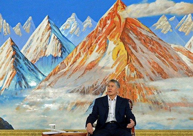 Президент Кыргызской Республики Алмазбек Атамбаев на пресс-конференции в этнокомплексе Рух Ордо имени Чынгыза Айтматова в городе Чолпон-Ата