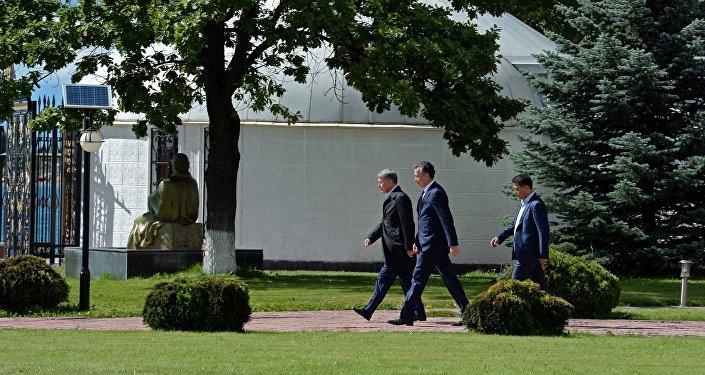Президент Алмазбек Атамбаев провел пресс-конференцию на побережье озера Иссык-Куль — в зале Чингиза Айтматова на территории комплекса Рух Ордо в Чолпон-Ате.
