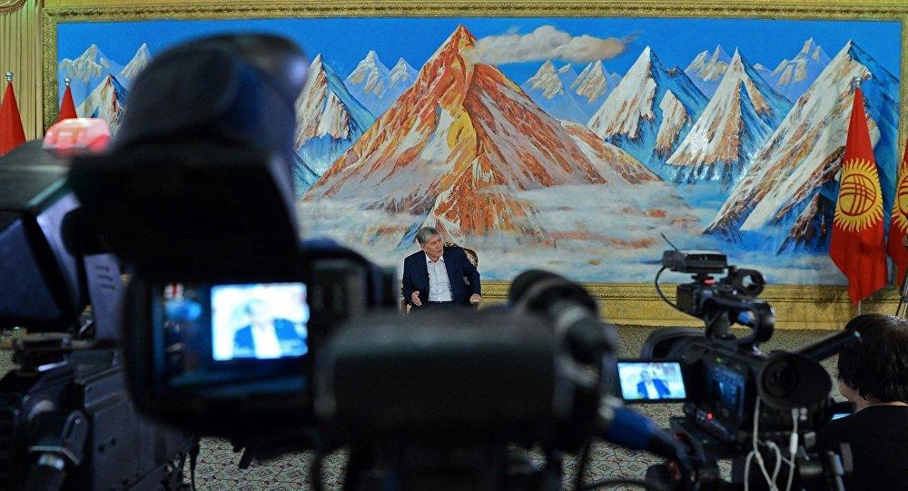 Пресс-конференция президента Алмазбека Атамбаева на побережье Иссык-Куля