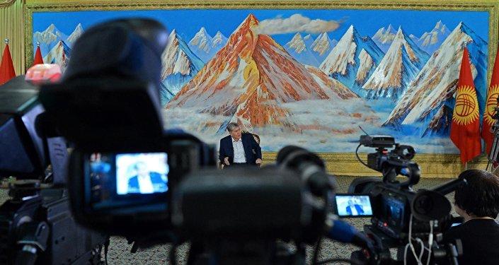 Он ответил на 40 вопросов журналистов, политологов и медиа-экспертов.