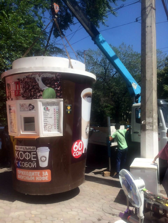 Администрация Свердловского района столицы демонтировала незаконно установленную кофейню по улице Шопокова возле здания ЦУМа Айчурек