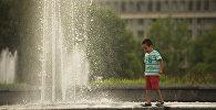 Мальчик играет возле фонтана на Центральной площади Ала-Тоо. Архивное фото