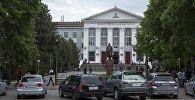 Фасад здания Кыргызского Государственного Технического университета имени Исхака Раззакова. Архивное фото