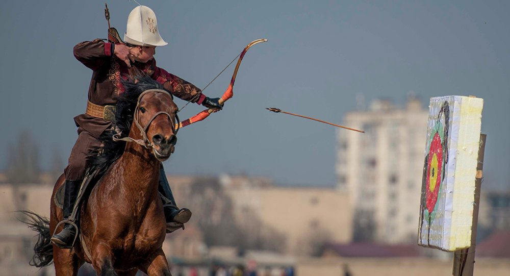 Стрельба из лука верхом на коне. Архивное фото