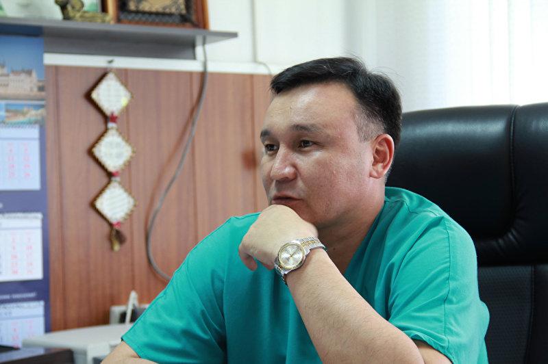 Главврач Бишкекского научно-исследовательского центра травматологии и ортопедии Алмаз Кубатбеков во время интервью