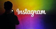 Мужчина у логотипа Instagram. Архивное фото
