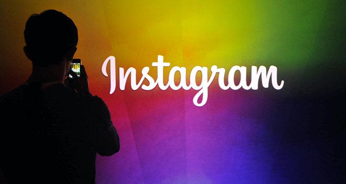 Мужчина у штаб-квартиры корпорации Instagram. Архивное фото
