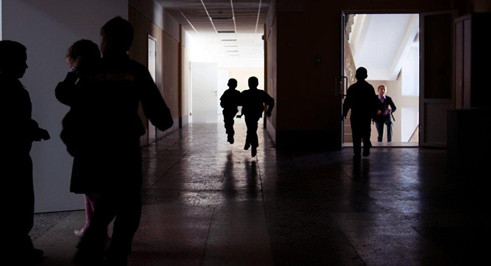 Школьники в коридоре во время перемены. Архивное фото