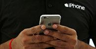 Торговец с телефоном iPhone. Архивное фото