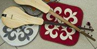 Кыргызский национальный музыкальный инструмент комуз и кыргызские орнаменты. Архивное фото