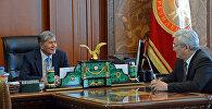 Президент Алмазбек Атамбаев и экс-мэра Бишкека Кубанычбек Кулматов. Архивное фото