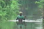 По пояс в воде и на самодельных плотах - последствия наводнения в Индии