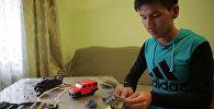 Кыргызстанский школьник делает роботов из детских игрушек