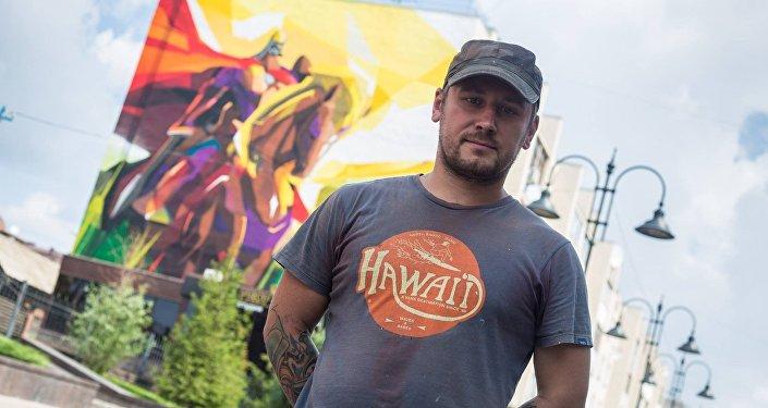 Омск шаарындагы көп кабаттуу үйдүн дубалына Манастын элесин түшүргөн сүрөтчү Константин Zmogk
