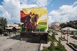 Граффити богатыря Манаса верхом на коне на стене одного из домов по улице Чокана Валиханова в Омске