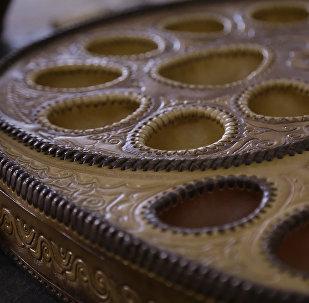 Доска сшитая из натуральной кожи для национальной игры тогуз коргоол. Архивное фото