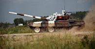 Экипаж танка Т-72Б3 армии Кыргызстана во время прохождения дистанции по танковому биатлону на полигоне Алабино.