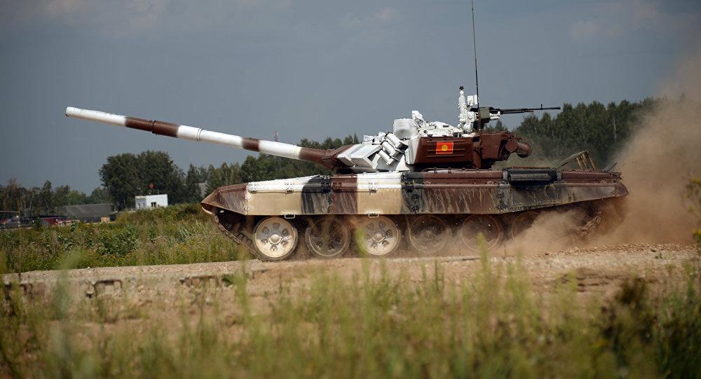 Экипаж танка Т-72 Б3 армии Кыргызстана во время прохождения дистанции по танковому биатлону на полигоне Алабино