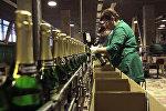 Сотрудник алкогольной продукции. Архивное фото
