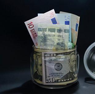 Доллар жана евро акчалары. Архив