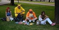 Молодые люди играют в Pokemon Go от компании Nintendo на экране мобильного телефона. Архивное фото