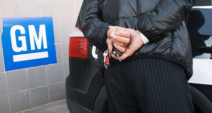 Мужчина с ключами от автомобиля. Архивное фото