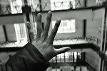 Руки мужчины на высотном здании. Архивное фото