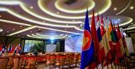 Флаги в конгресс-центре в Сочи, в котором пройдут мероприятия саммита Россия — АСЕАН.