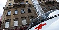 Карета скорой помощи у жилого дома. Архивное фото