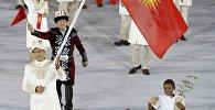 Знаменосец сборной Кыргызстана Эркин Адылбек Уулу во время парада атлетов и членов национальных делегаций на церемонии открытия XXXI летних Олимпийских игр в Рио-де-Жанейро.