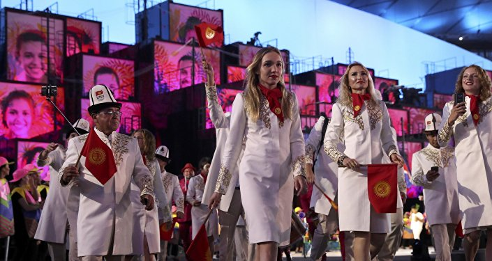 Атлеты сборной Кыргызстана во время парада атлетов и членов национальных делегаций на церемонии открытия XXXI летних Олимпийских игр в Рио-де-Жанейро.