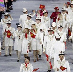 Атлеты сборной Кыргызстана во время парада атлетов и членов национальных делегаций на церемонии открытия XXXI летних Олимпийских игр в Рио-де-Жанейро. Архивное фото