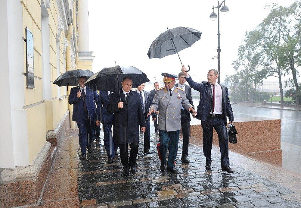 Санкт-Петербург Россия президенти Владимир Путин менен коргоо министри Сергей Шойгуну жаан-чачын менен тосуп алды.
