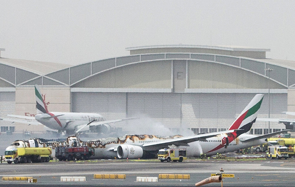 Дубайда Emirates авиакомпаниясынын учагы кырсыктап, бир адам каза болду. Кырсык учурунда учактын ичинде 282 жүргүнчү жана экипаждын 18 мүчөсү болгон
