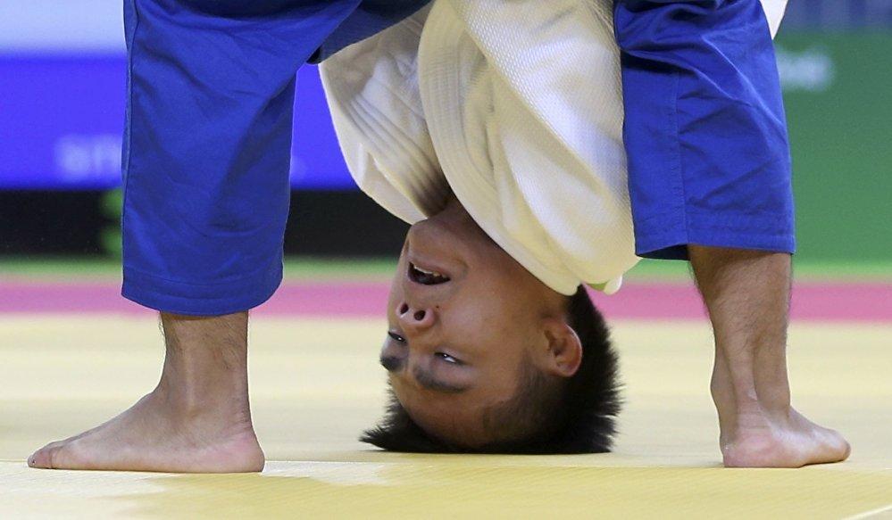 Кытайлык дзюдочу Мин Йен Цай Олимпиада оюндарында атаандашы менен кармашып жаткан учуру